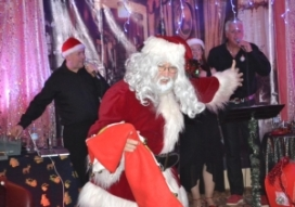 9 Santa arrives