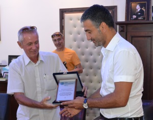 Ahmet Akarsu presents plaque to Stephen Everett