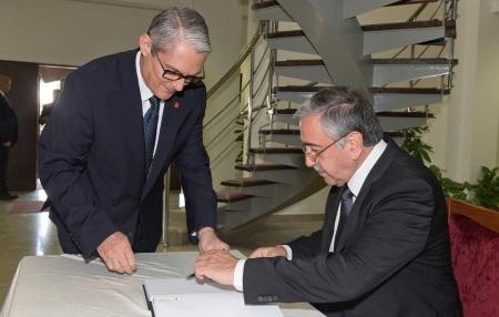 Akinci signs condolence book