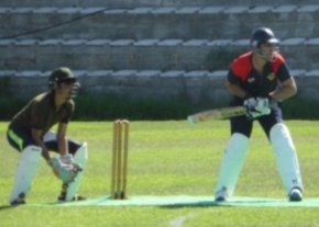 emu-captain-sohail-khilji-having-a-great-battle-to-hold-the-line-image